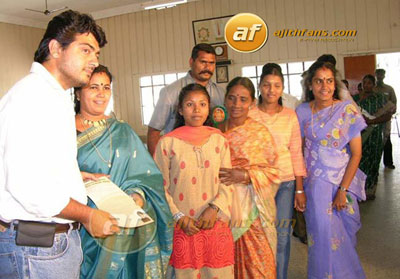 ajith-kumar-distributing-pa.jpg